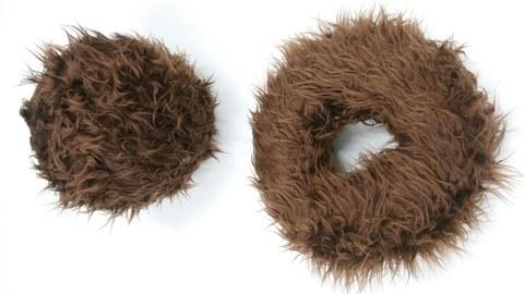Braune, haarige Donuts auf weißem Hintergrund