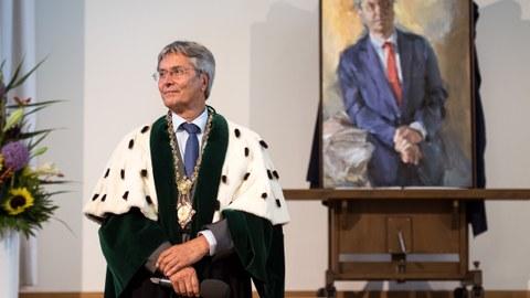 Alt-Magnifizenz Prof. Müller-Steinhagen neben seinem Porträt des Künstlers Johannes Heisig