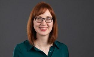 Zu sehen ist ein Porträtfoto von der Mitarbeiterin Doreen Anders.