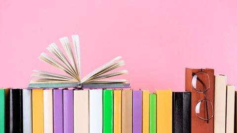 Bücher vor pnken Hintergrund