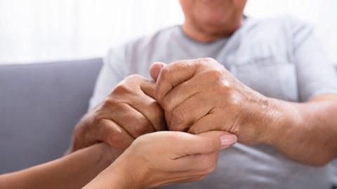 Bild mit vier Händen, die einander festhalten