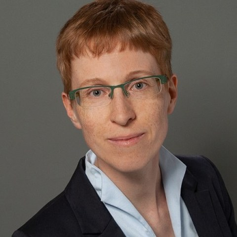 Portrait photo Dr. Anne-Karen Hüsek