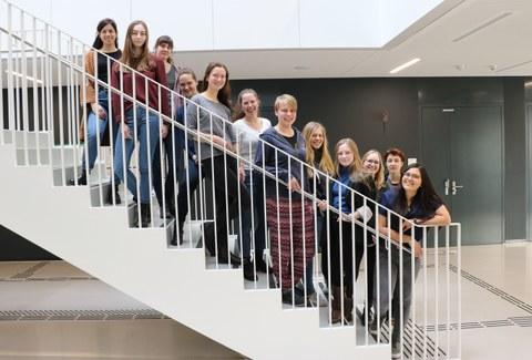 Das Foto zeigt 12 MINT-Botschafterinnen, sie stehen auf einer Treppe.