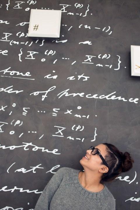 Frau vor Tafel mit Formeln