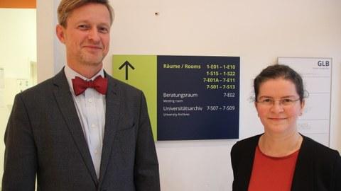 Kanzler Dr. Andreas Handschuh begrüßt Dr. Judith Matzke als Direktorin des Universitätsarchivs