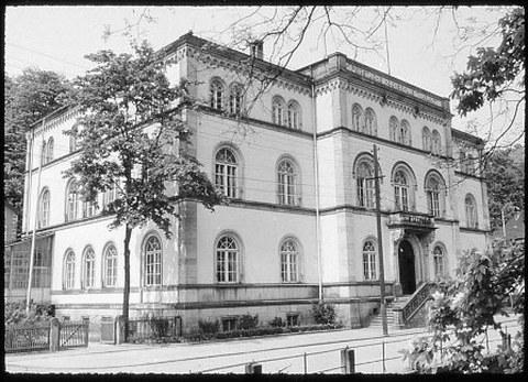 Das Hauptgebäude der ehemaligen Forstlichen Hochschule Tharandt. Aufnahme um 1955.