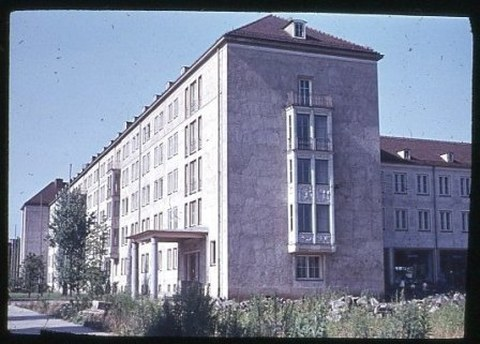 Das neu gebaute Studentenwohnheim an der ehemaligen Reichsstraße, heute Fritz-Löffler-Straße.