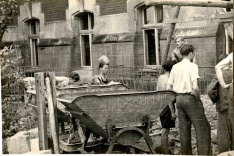 Trümmerberäumung des TH-Geländes durch Studierende der Hochschule wahrscheinlich 1946.