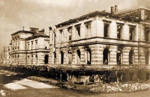 Zerstörtes Rektoratsgebäude der TH Dresden am ehemaligen Bismarckplatz am Hauptbahnhof. Obwohl die Fassade teilweise erhalten war, wurde das Rektoratsgebäude Anfang der 50er Jahre vollständig abgerissen.