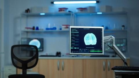 Neurologisches Labor mit innovativem Behandlungssetting mit einem Monitor im Vordergrund.