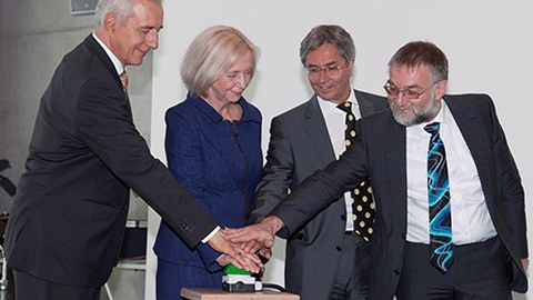 Symbolische Inbetriebnahme des HRSK-II durch Tillich, Wanka, Müller-Steinhagen und Nagel.