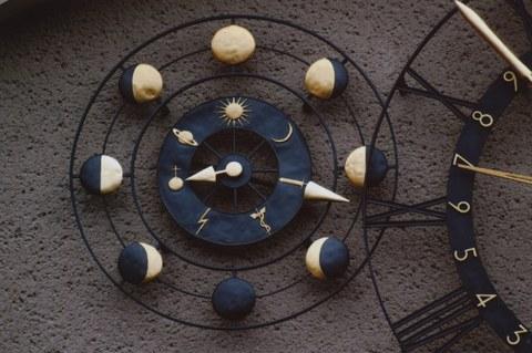 Astronomische Kunstuhr Details links