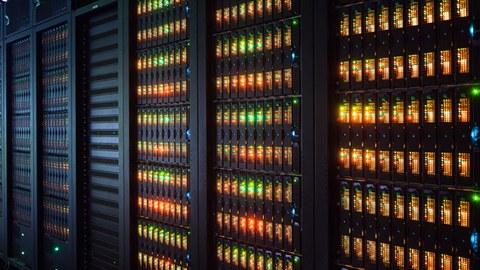Detailaufnahme des Hochleistungsrechners mit leuchtenden Dioden