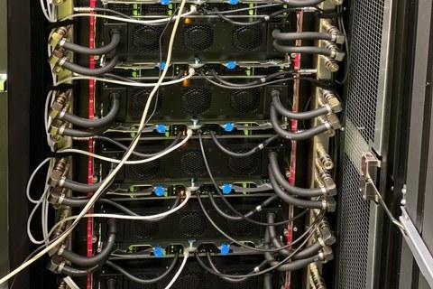 Blick in ein Rack des 2021 in Betrieb genommenen KI-Clusters im Rechenzentrum des ZIH (LZR)