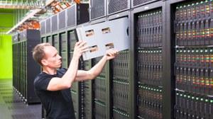 Mitarbeiter vor dem HPC-System Taurus