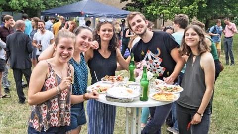 Foto von einigen IB-Studierenden auf einem Sommerfest