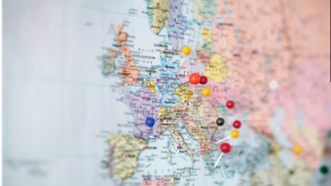 Bild von einer Weltkarte mit Reißnägeln
