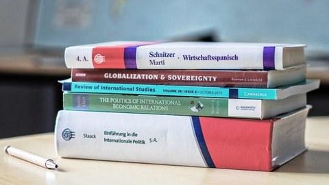 Foto von einem Stapel mit Büchern aus verschiedenen Disziplinen