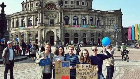 Foto einiger Studierenden vor der Semper-Oper auf einer Umwelt-Demonstration