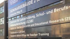 Foto der Informationstafel vor dem Eingang des Seminargebäudes 2, Zellescher Weg 20. Auf dieser steht, dass sich darin unter anderem das ZLSB befindet.
