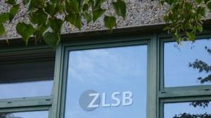Bild eines Fensters des Seminargebäudes 2 mit dem Logo des ZLSB