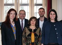 Bild einer Gruppe bestehend aus drei Frauen und zwei Männern. Alle schauen in die Kamera und lächeln.