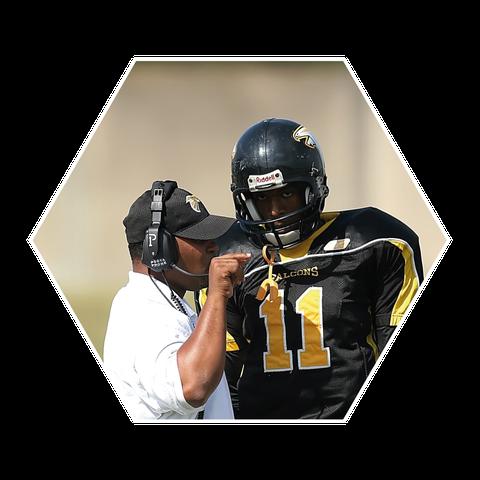 Sechseckiges Bild, auf dem ein Trainer mit einem American Football Spieler redet