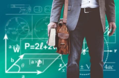 Bild eines Mannes, der ein Hemd und Jacket trägt, eine Ledertasche umhängen hat und ein Buch in der Hand hält. Im Hintergrund sind mathematische Formeln zu sehen.