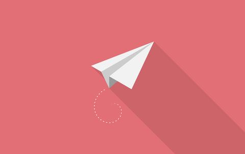 Grafik eines fliegenden Papierflugzeugs vor einem roten Hintergrund.