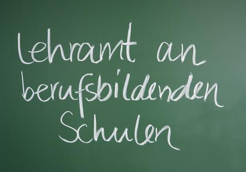 """Das Foto zeigt eine Tafel, auf der """"Lehramt an berufsbildenden Schulen"""" geschrieben steht."""