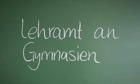 """Das Foto zeigt eine Tafel, auf der """"Lehramt an Gymnasiuen"""" geschrieben steht."""