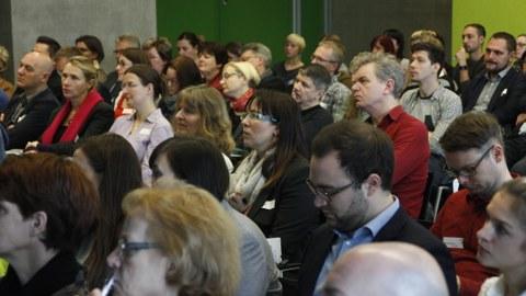 Bild eines voll besetzten Seminarraumes im Gebäude der Fakultät Informatik der TU Dresden. Die Sitzenden hören augenscheinlich einem Vortrag zu.