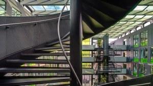 Bild einer Wendeltreppe im Gebäude der Fakultät Informatik der TU Dresden