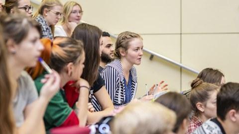 Foto von Studierenden in einer Vorlesung in einem Hörsaal.