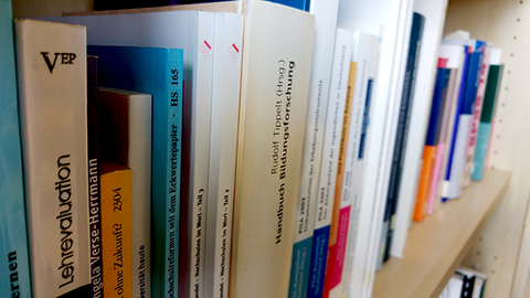 Foto von Büchern in einem Bücherregal