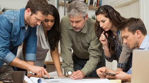 Foto einer Gruppe Kollegen während einer Projektbesprechung